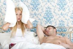 Het snurken man en gefrustreerde vrouw Stock Afbeeldingen