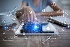 het sociale media ontwerp van de diagramillustratie over wit Organisatorische structuur U Sociale Media Internet en technologieco Royalty-vrije Stock Afbeeldingen