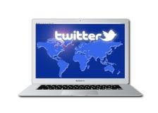 Het sociale netwerk van de tjilpen dat op Macbook wordt betreden Pro Stock Afbeeldingen