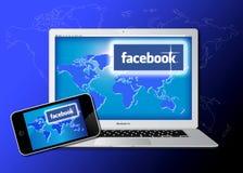 Het sociale netwerk van Facebook dat op Macbook wordt betreden Pro Stock Foto