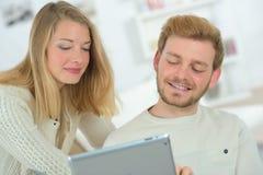 Het socialiseren gebruikend een tablet royalty-vrije stock afbeeldingen