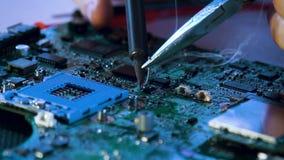 Het soldeerselmotherboard van het technologie elektronische onderwijs stock video