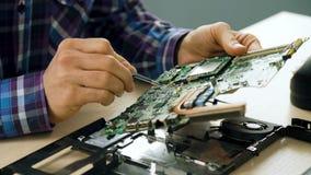 Het soldeerselmotherboard van het technologie elektronische onderwijs stock videobeelden