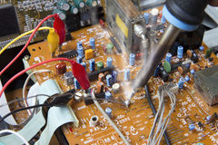 Het solderen het werken aan elektronische raad Stock Afbeeldingen
