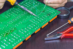 Het solderen op kringsraad Stock Afbeeldingen