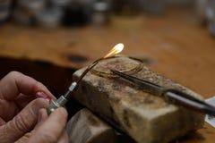 Het solderen van de armband stock fotografie