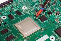 Het solderen van de videobewerker op een infrarode solderende postclose-up Royalty-vrije Stock Foto