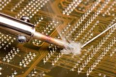 Het solderen van een computerraad Royalty-vrije Stock Afbeeldingen