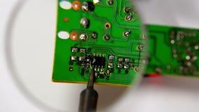 Het solderen van een kringsraad stock footage