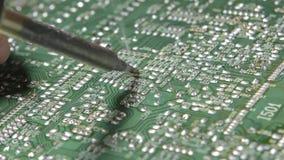 Het solderen van Elektronisch door soldeerbout stock video