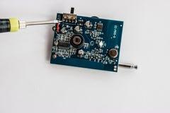 Het solderen van elektronische componenten op PCB Stock Afbeelding