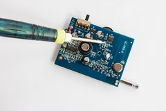 Het solderen van elektronische componenten op PCB Royalty-vrije Stock Foto