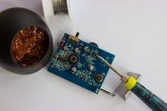 Het solderen van elektronische componenten op PCB Royalty-vrije Stock Fotografie