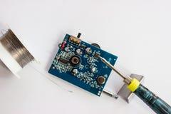 Het solderen van elektronische componenten op PCB Stock Foto