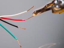 Het solderen van elektronische draden Royalty-vrije Stock Afbeeldingen
