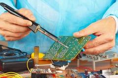 Het solderen van elektronische raad van apparaat in de dienstworkshop Royalty-vrije Stock Fotografie
