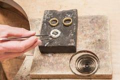 Het solderen van gouden ringen 1 Stock Fotografie