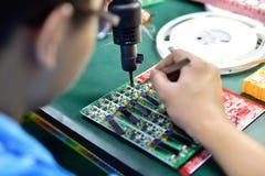 Het solderen van microchip Stock Foto