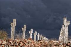 Het sombere landschap verlaten landbouwbedrijf Vernietigde betonconstructies en bakstenen muur Royalty-vrije Stock Afbeeldingen