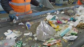 Het sorteren van huisvuil op de transportband van de afval recyclingsinstallatie, Rusland stock videobeelden