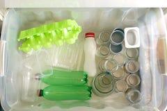 Het sorteren van huisvuiltypes Afvalbeheerconcept Hoogste mening Conceptueel beeld voor milieuvervuiling en consumentisme stock afbeeldingen