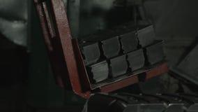 Het sorteren van remschoenen stock video