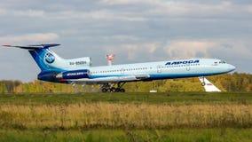 Het Sovjet straalpassagiersvliegtuig Tupolev Turkije-154 land bij de Domodedovo-luchthaven, Moskou, Rusland royalty-vrije stock foto