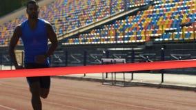 Het Spaanse atleet eindigen eerst en het winnen de concurrentie, wensen te winnen, langzaam-mo stock video