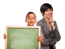 Het Spaanse Schoolbord en het Wijfje van de Holding van de Jongen Lege Royalty-vrije Stock Fotografie