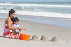 Het Spaanse Spelen van de Zoon van de Jongen van de Moeder en van het Kind bij Strand Stock Foto's