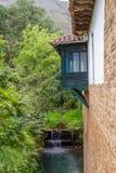 Het Spaanse stijlbalkon hangt over een ravijn stock afbeelding