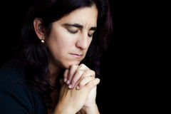 Het Spaanse vrouw bidden geïsoleerdv op zwarte Stock Foto's