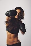 Het Spaanse vrouwelijke bokser het praktizeren in dozen doen Stock Afbeelding