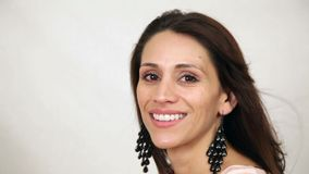 Het Spaanse vrouwenhaar blazen stock video