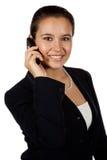 Het Spaanse wijfje dat van Yougn mobiele telefoon met behulp van royalty-vrije stock afbeeldingen