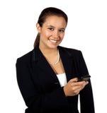 Het Spaanse wijfje dat van Yougn mobiele telefoon met behulp van royalty-vrije stock fotografie
