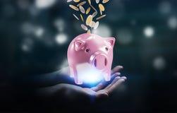 Het spaarvarken van de zakenmanholding met vliegende 3D muntstukken gaande binnenkant Stock Foto's