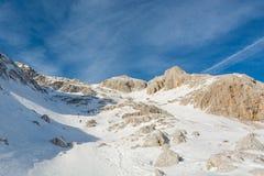 Het spectaculaire die panorama van de de winterberg met pieken met vroege sneeuw worden behandeld stock fotografie