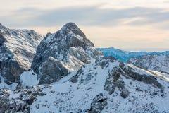 Het spectaculaire die panorama van de de winterberg met pieken met vroege sneeuw worden behandeld stock afbeelding