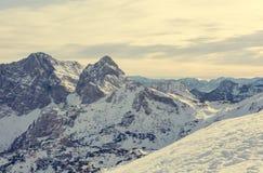 Het spectaculaire die panorama van de de winterberg met pieken met vroege sneeuw worden behandeld stock afbeeldingen