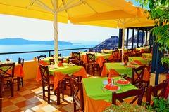 Het spectaculaire eiland van het terrassantorini van het meningenrestaurant Stock Fotografie