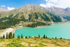 Het spectaculaire toneel Grote Meer van Alma Ata, Tien Shan Mountains in Alma Ata, Kazachstan, Azië Stock Foto's