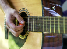 Het speel het lied van de gitaarspeler openlucht, dichte spelen Royalty-vrije Stock Fotografie