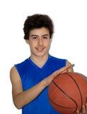 Het speelbasketbal van de tienersportman Stock Foto