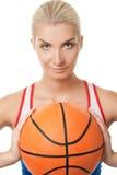 Het speelbasketbal van de vrouw Stock Foto