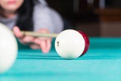 Het speelbiljart van de vrouw richtsnoer en biljartballen royalty-vrije stock foto's