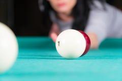 Het speelbiljart van de vrouw richtsnoer en biljartballen stock afbeelding