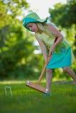 Het speelcroquet van het meisje Stock Afbeelding