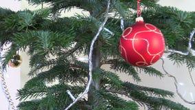 Het speelgoed en de decoratie van de kerstboombal knipoogje witte slinger stock video