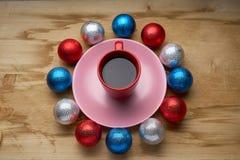 Het speelgoed en de koffie van het nieuwjaar op de houten lijst Stock Afbeeldingen